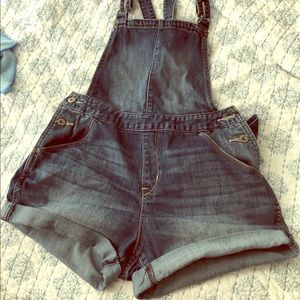 Authentic Levi's booty short overall